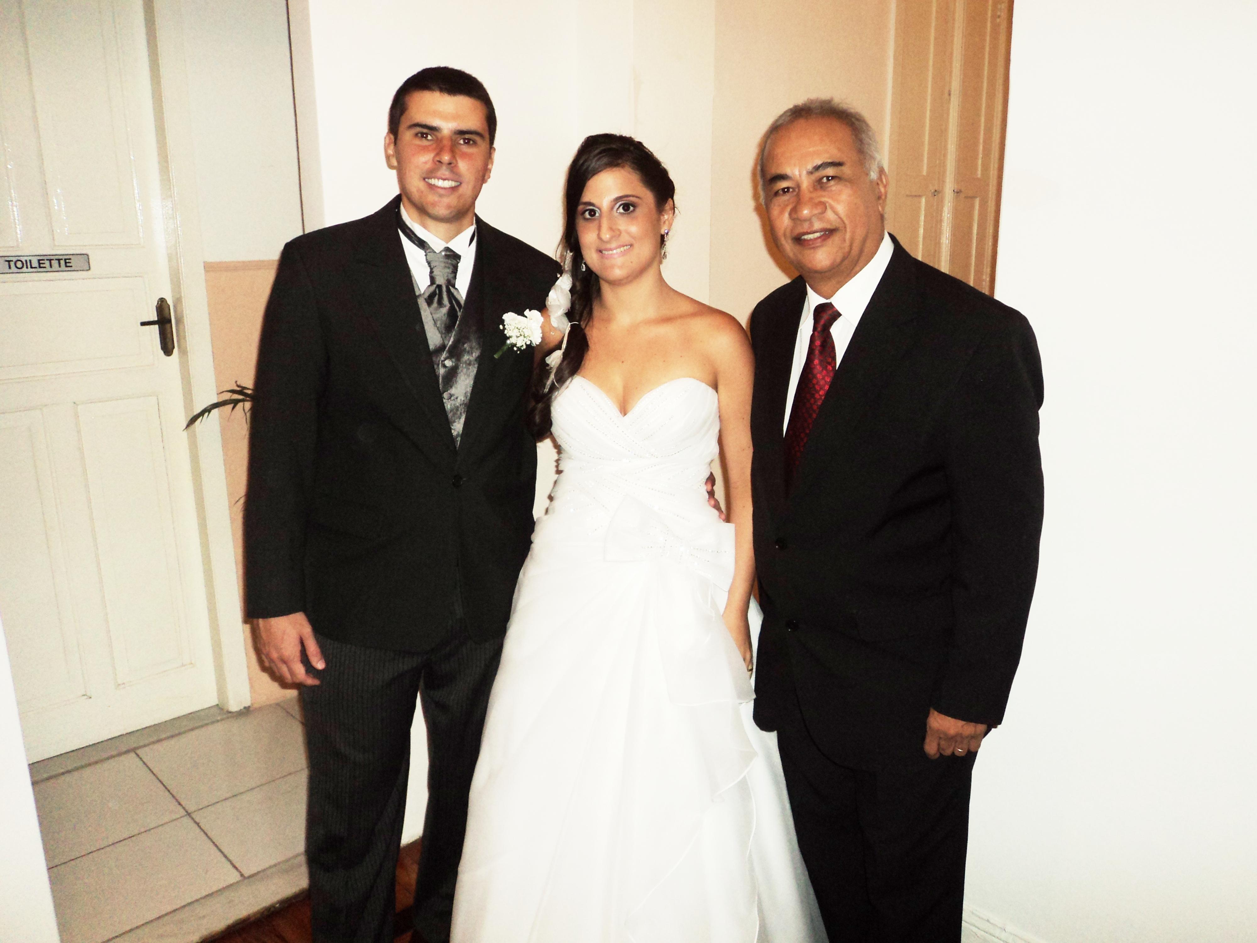 http://www.tuliopinhoeventos.com.br/wp-content/uploads/2012/10/foto-dos-noivos-Tales-e-Natália-com-T´úlio-8.3.14.jpg