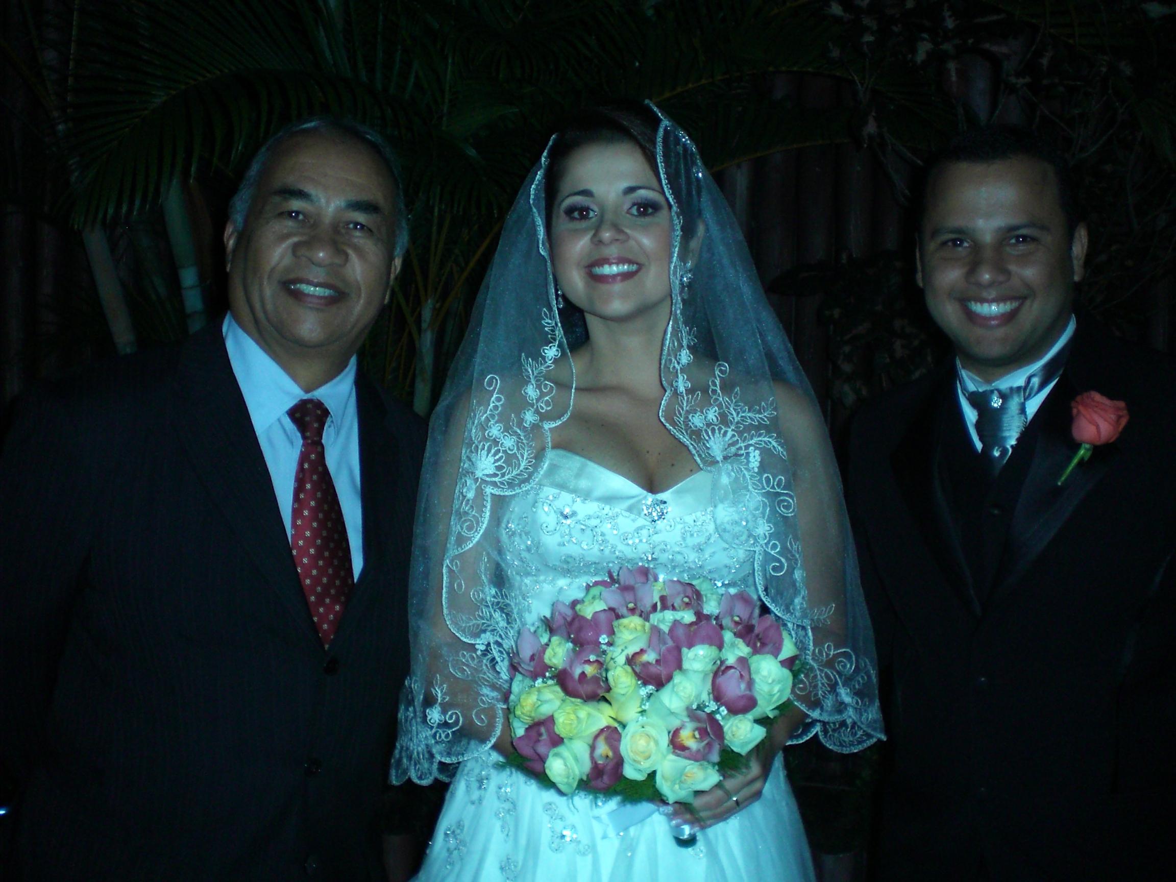Túlio de Pinho e o casal Vanessa e Marcelo.