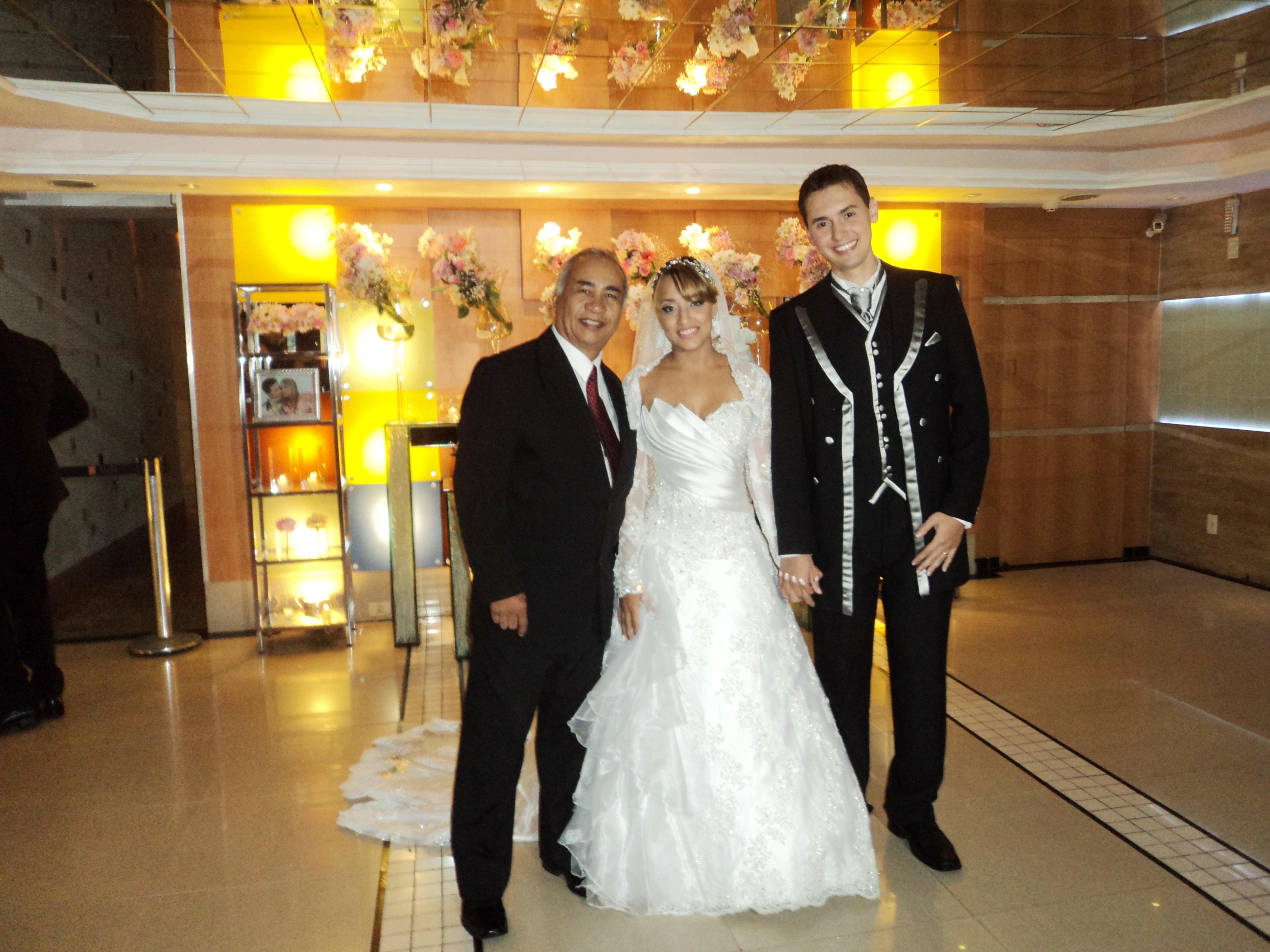 Na foto Túlio (esquerda) com noivos.
