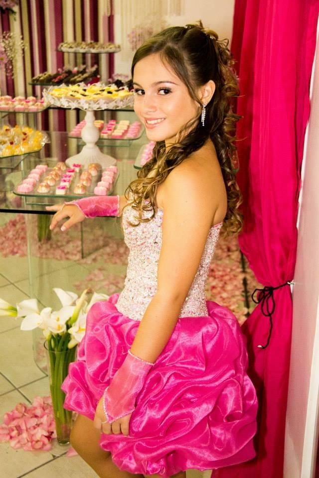 Na foto a linda debutante Ianes Ismail, em recente festa de 15 anos na Casa de festas Maison Blanche em Vila Valqueire.