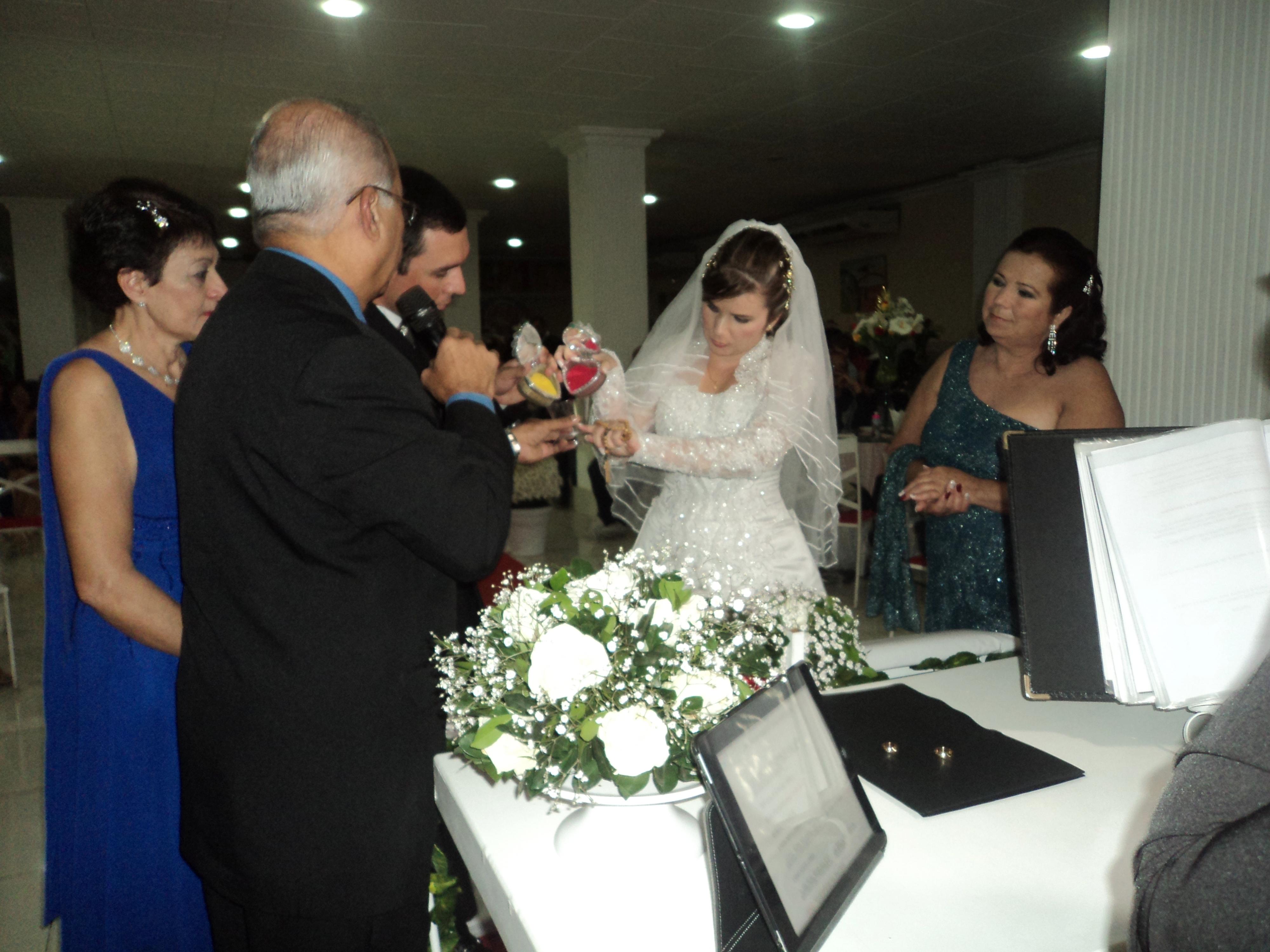 foto boa ritual com areias Túlio com noivos Manoel felipe e Juliana, 27.7.14, Sitio Quebra Dente