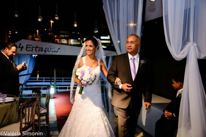 foto excelente Túlio com noiva thais filha entrando na cerimônia