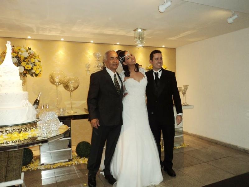 foto Túlio à direita, com os noivos Hugo e cintia
