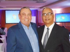 Foto Bento Alcoforado, presidente da Abióptica, com Túlio de Pinho, à direita.