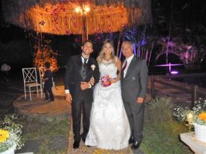 Na foto os noivos Wellington e Vanessa com Túlio de Pinho à direita.