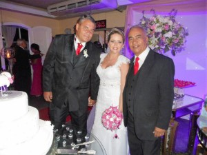 Na foto O noivo Denilson, a noiva Vanessa e Túlio de Pinho.