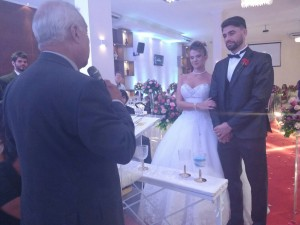 foto do momento da cerimônia com Tulio de Pinho e os noivos Flávio e Silvia.