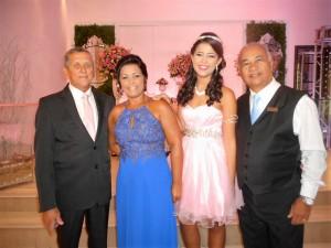 Na foto os pais da debutante, ela e Túlio de Pinho.