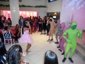 Na foto Ana Julia a frente dos bailarinos mascarados..