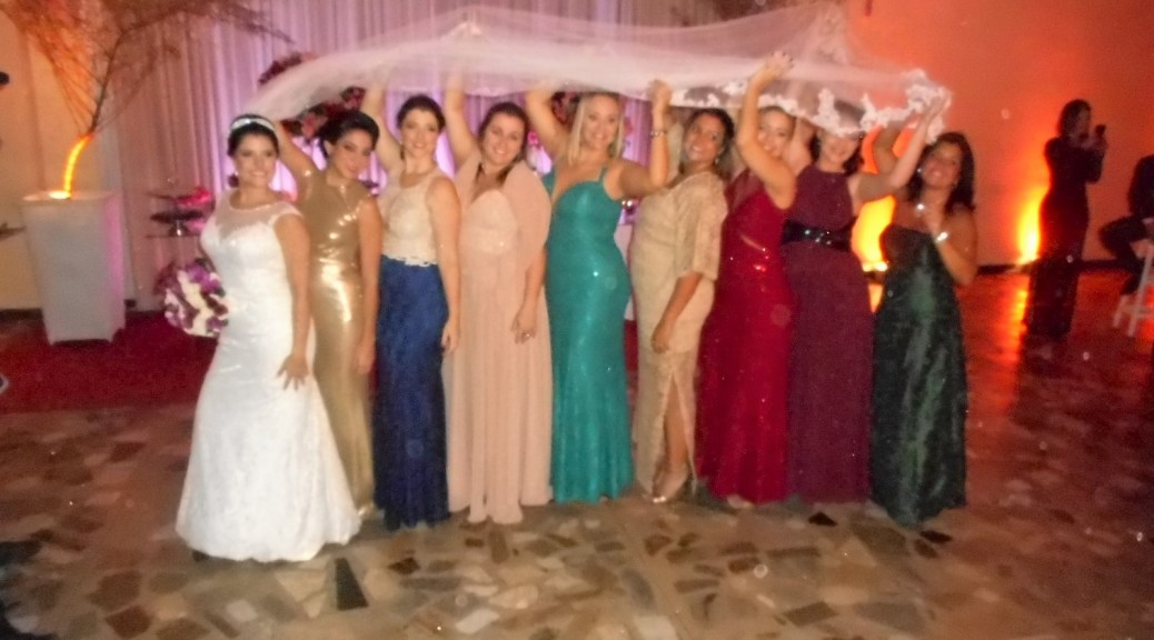 Na foto a noiva Renata com suas madrinhas.