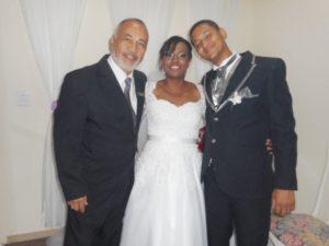 Na foto Túlio de Pinho com os noivos.