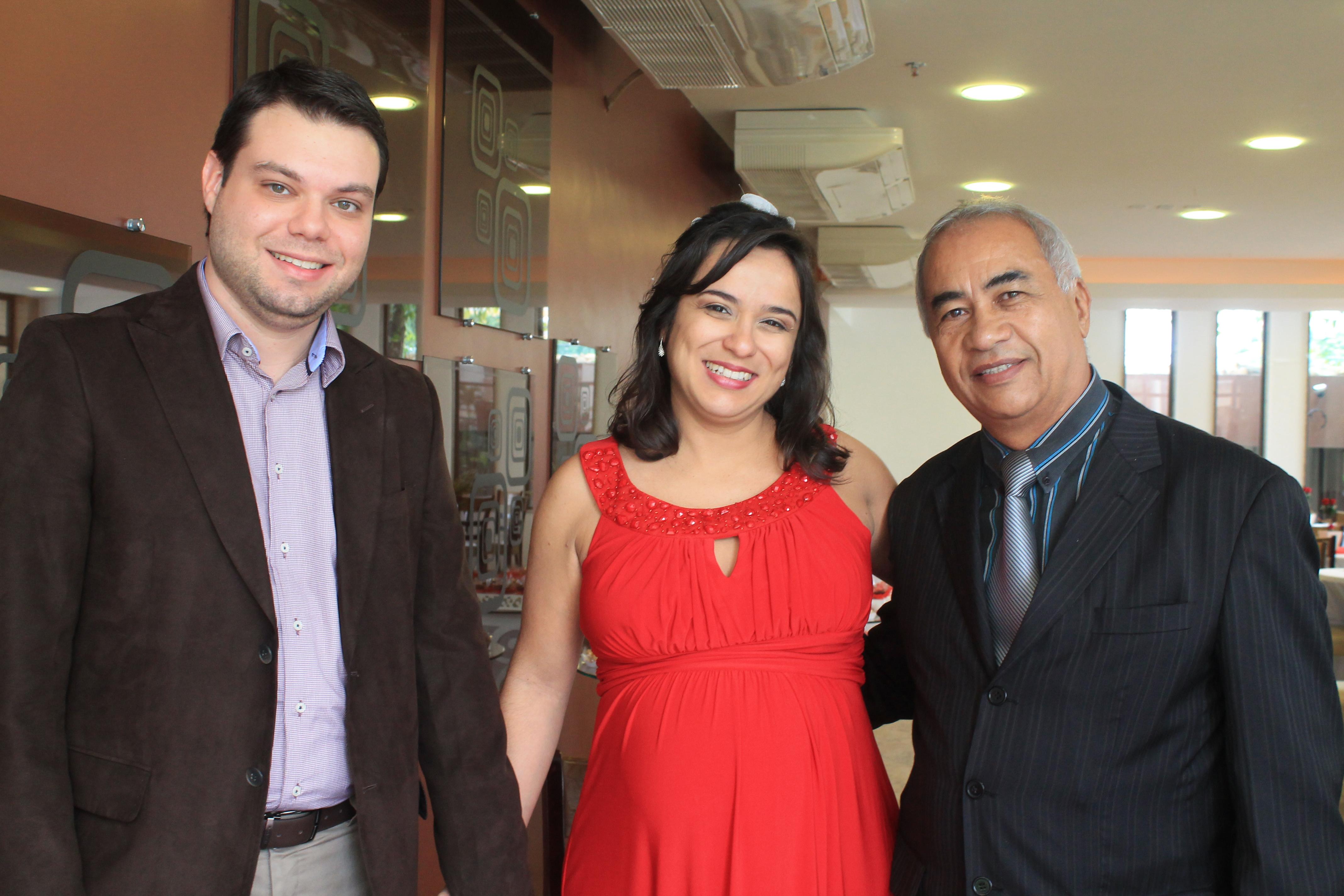 Foto do casal Fábio e Erika com Túlio de Pinho à direita. (foto de Thais Pinho)