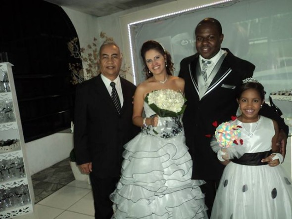 Foto de Túlio com casal Edson e Flávia na Enlace