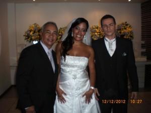 Túlio com os noivos Marcelle e Flávio