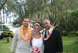 Os noivos Julio, Sabrina com Túlio à direita