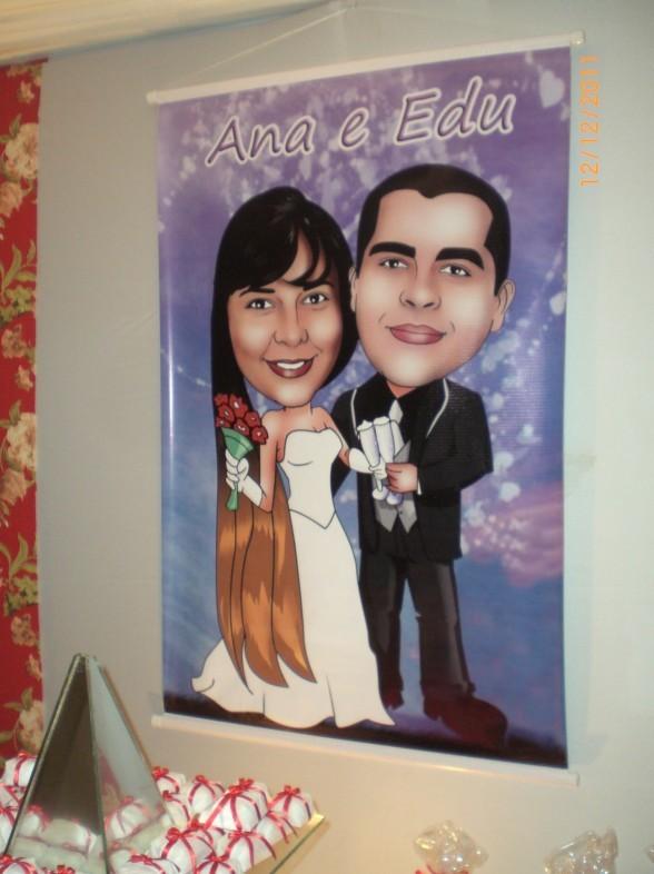 Banner de noivos na entrada de uma casa de festas.