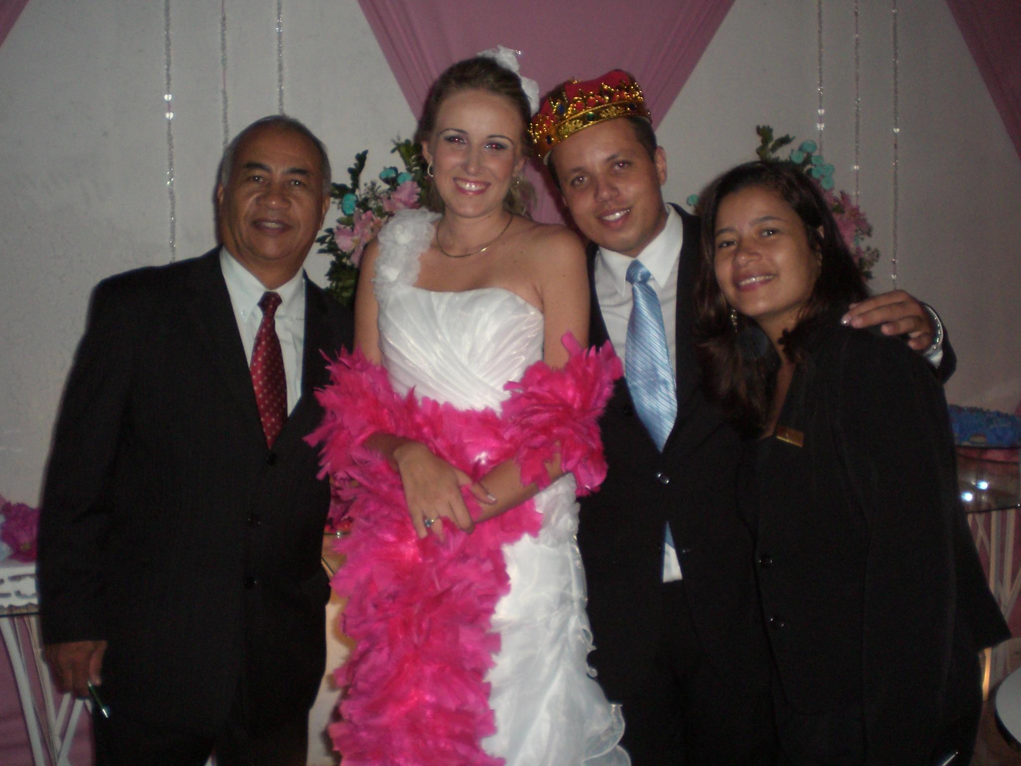 Na foto Túlio de Pinho, os noivos e a cerimonialista Djane de Pinho