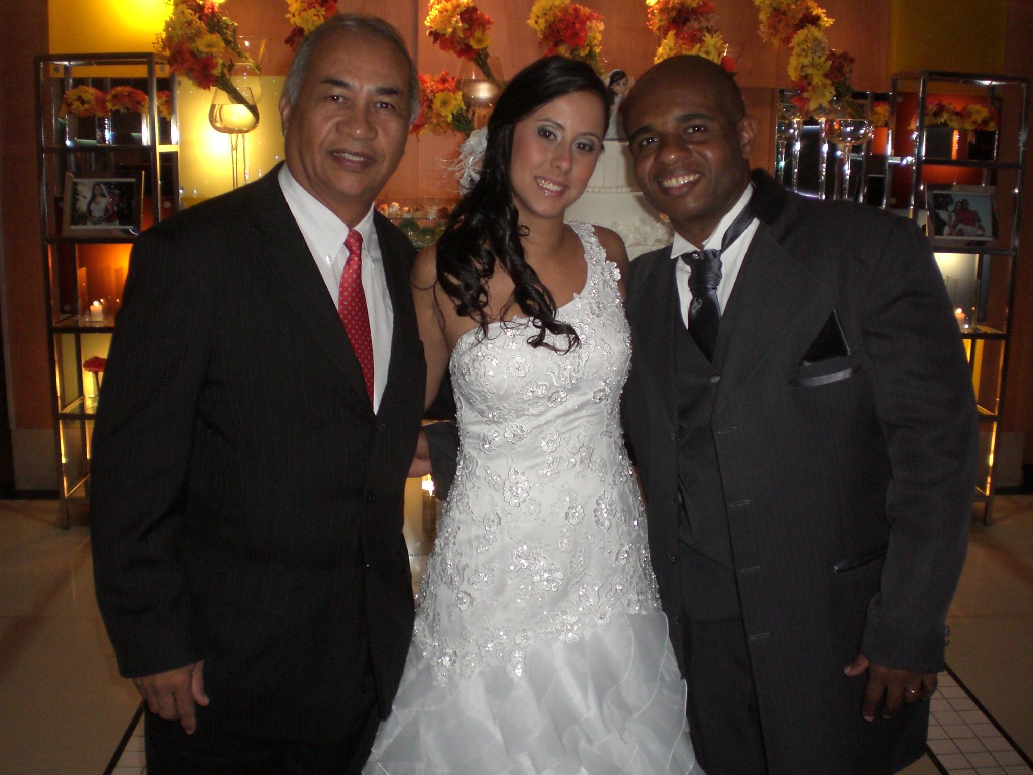 Túlio de Pinho com os noivos Lívia e Marcelo