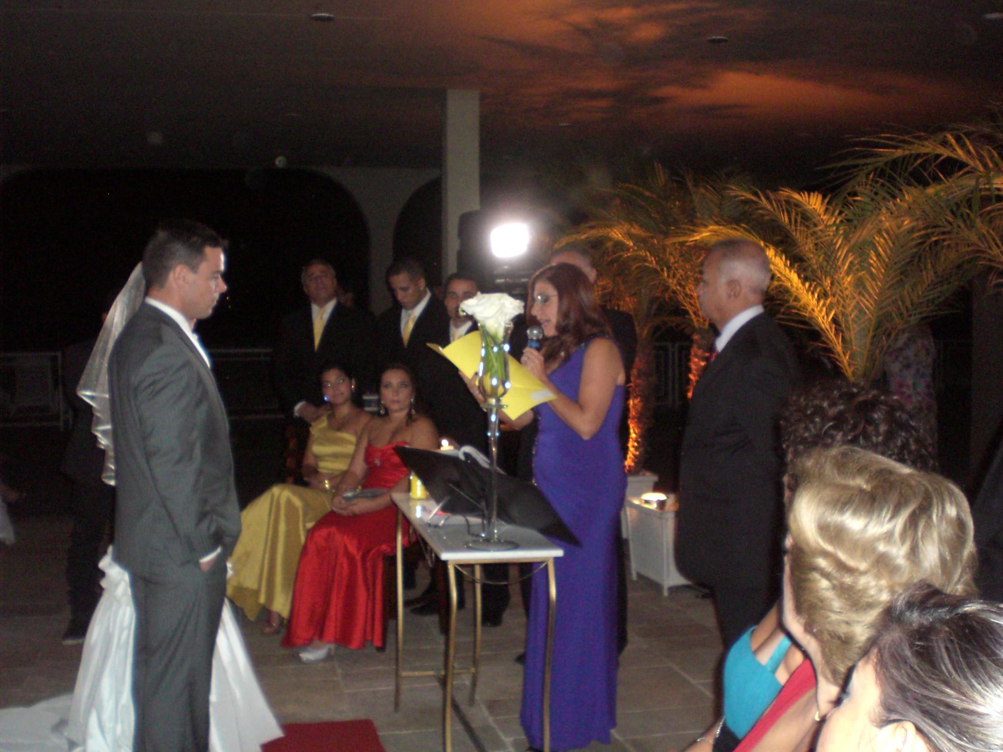 Momento da leitura de um texto durante a cerimônia por uma das madrinhas