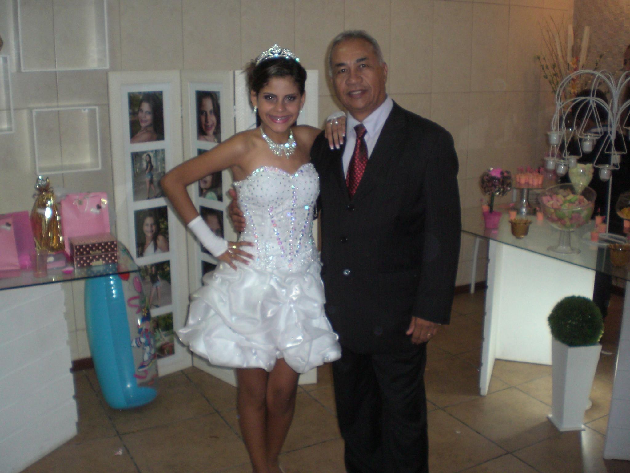 A debutante Lorena com Túlio de Pinho ao final do cerimonial de seus 15 anos.