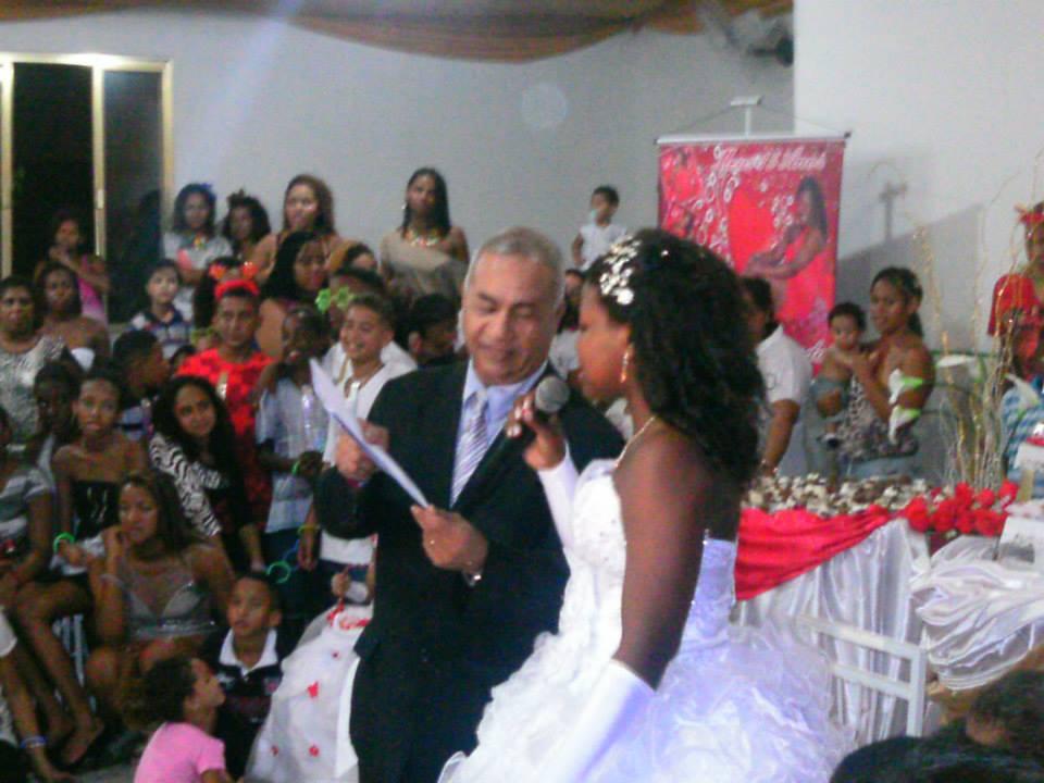 Foto de momento do cerimonial Túlio com a aniversariante
