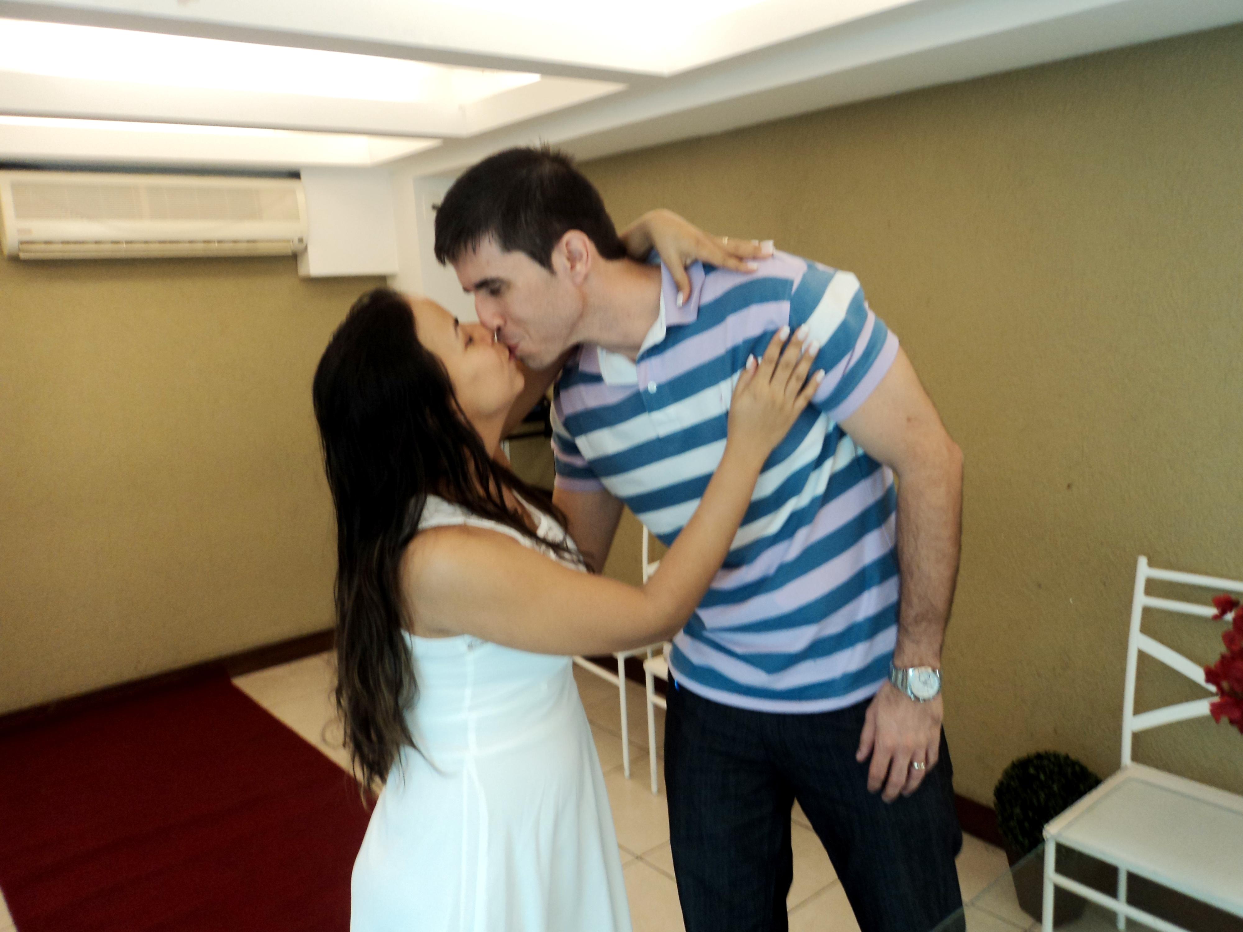 Rafael e Luciana no primeiro beijo de casados.