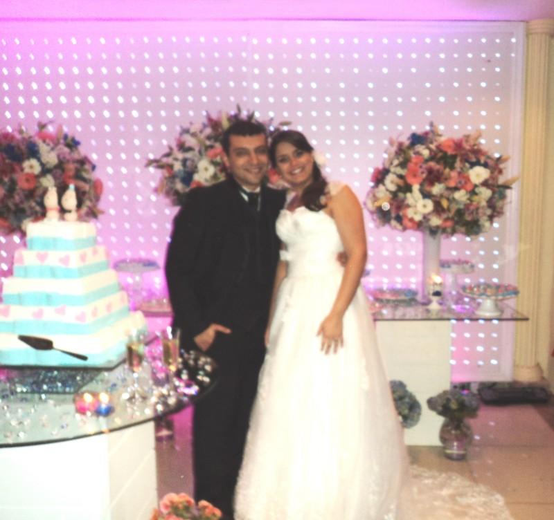 Na foto, os noivos Rodrigo e Thais