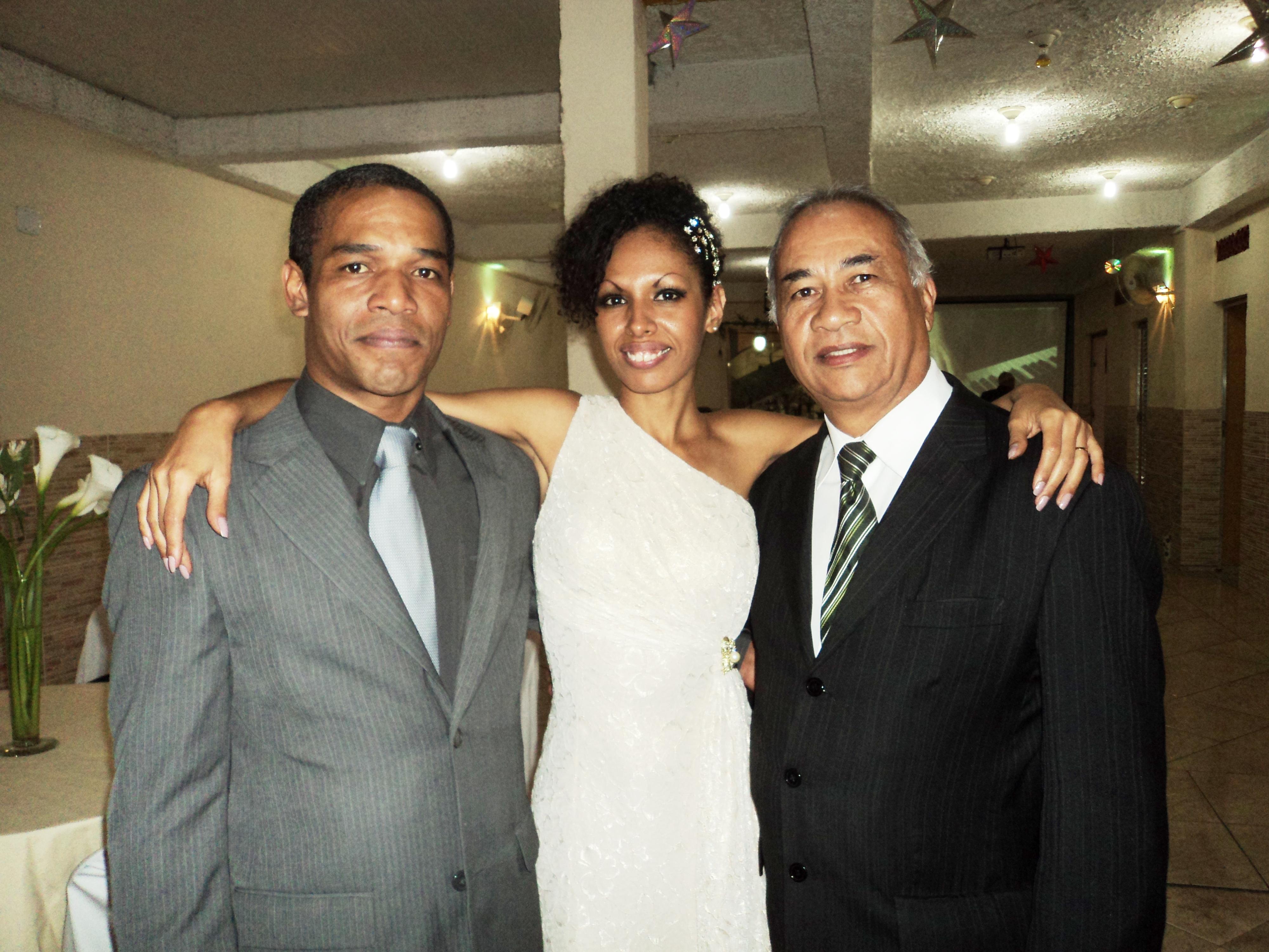 Na foto os noivos Wallace e Fabiana com Túlio, à direita, logo após a cerimônia.