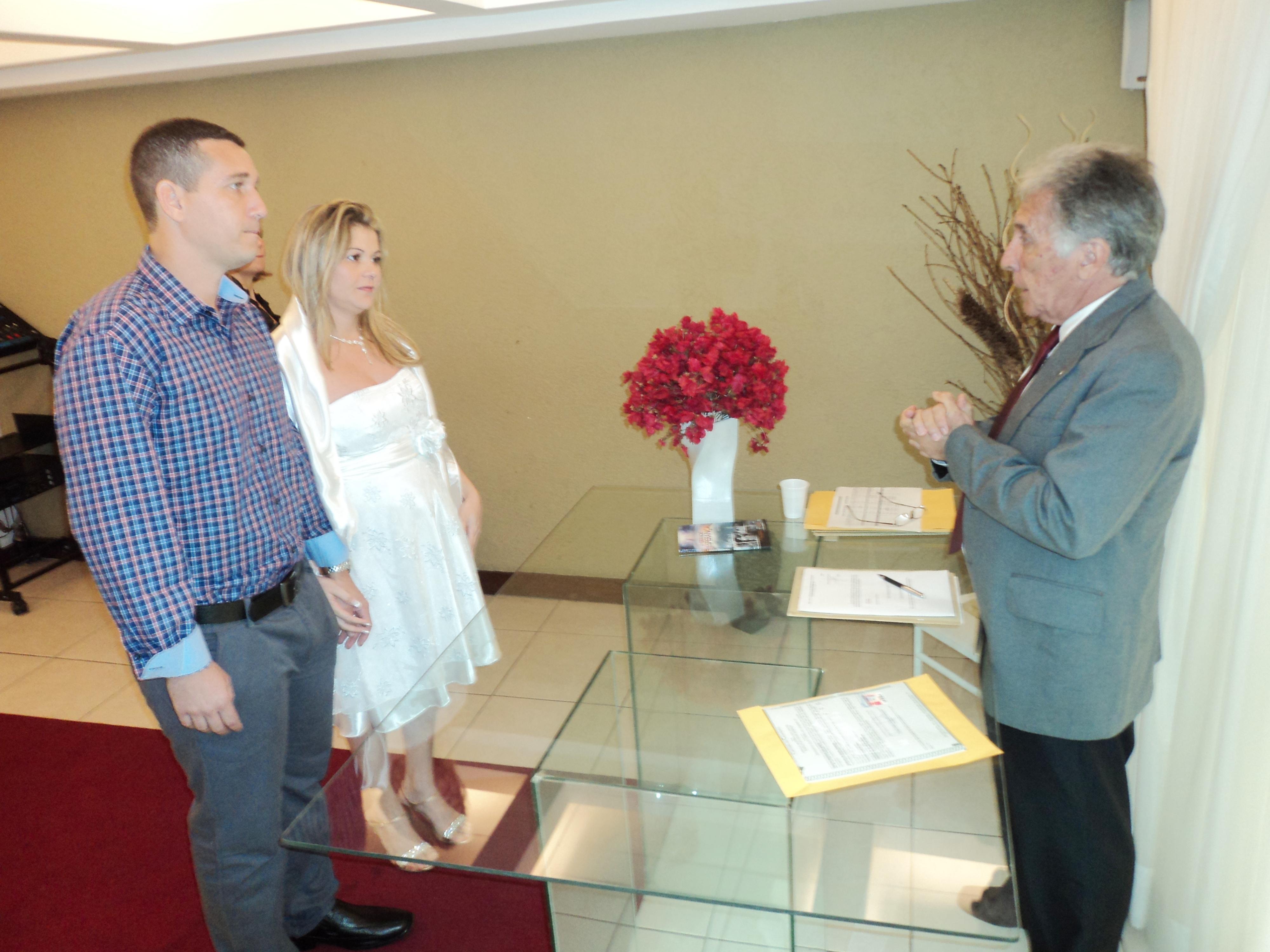 foto casamento civil josi e Vinicius no Cartório com Juiz Paulo