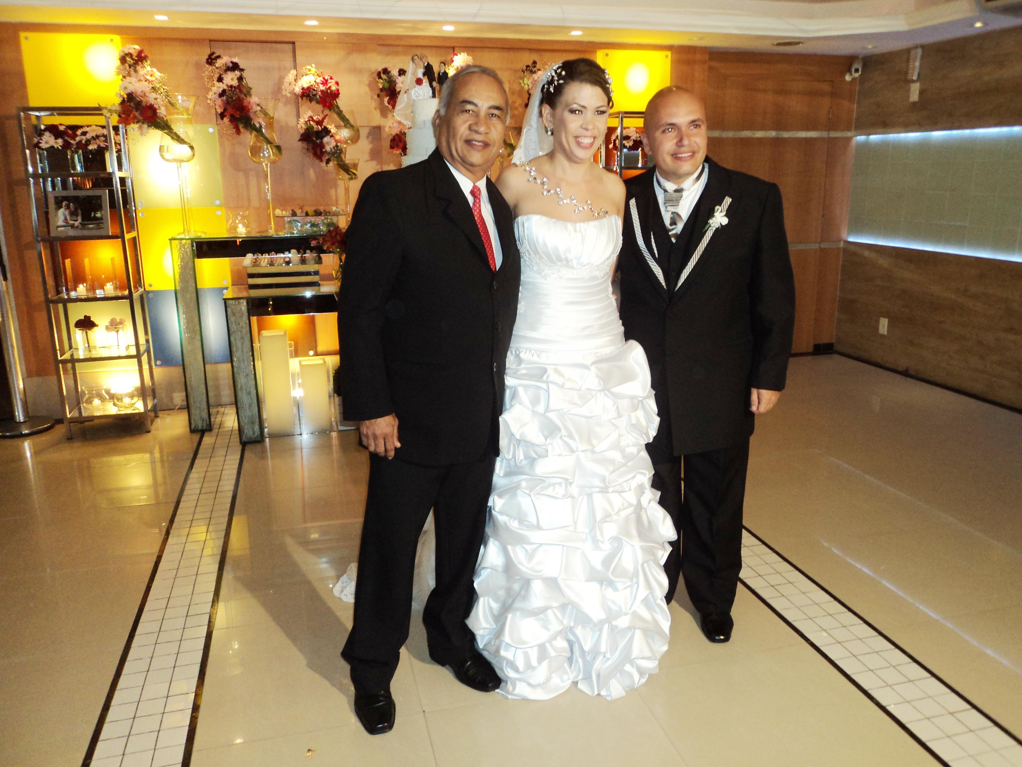 Nc foto Túlio com os noivos logo pós a cerimônia.