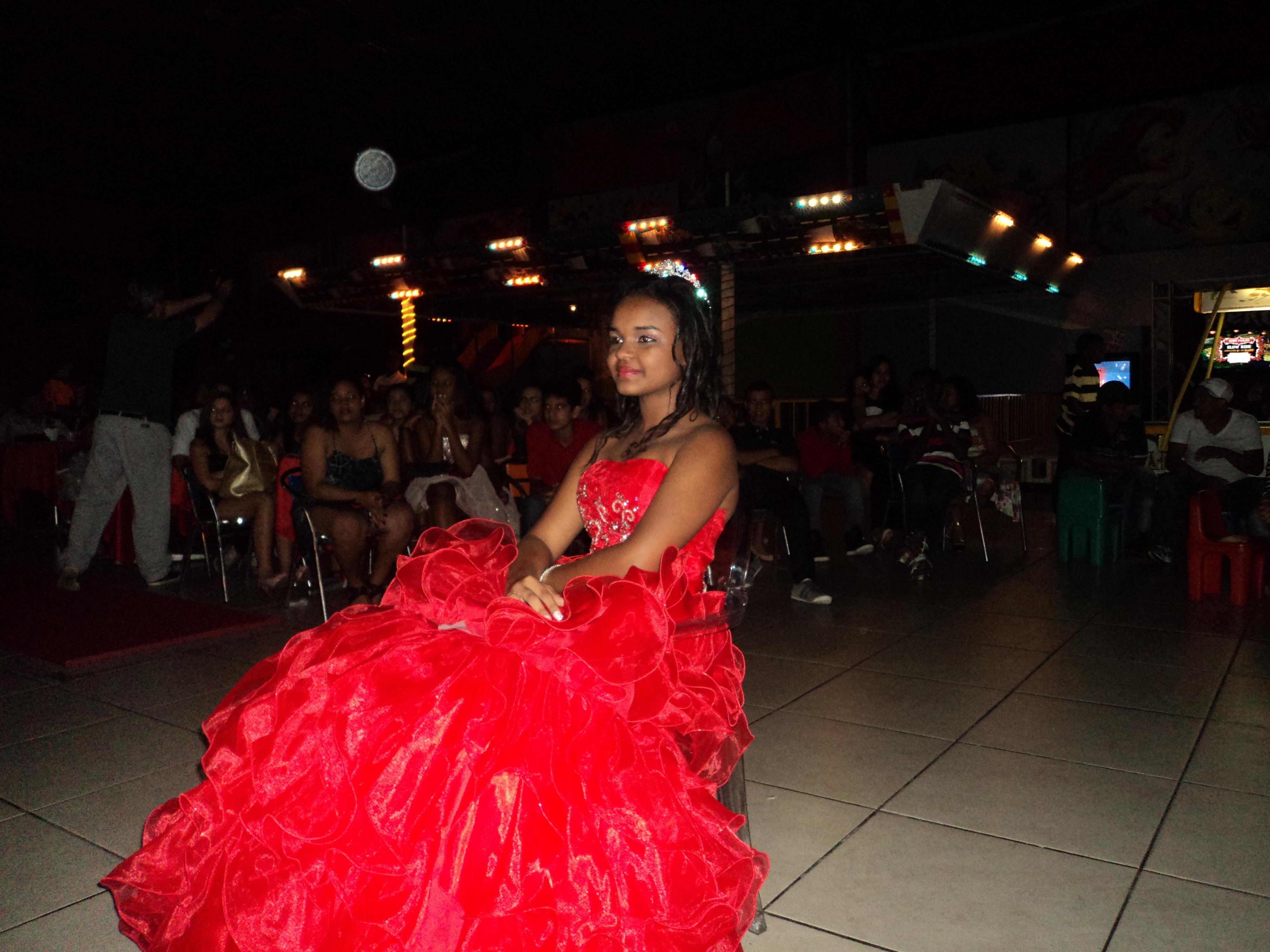 Na foto a debutante Gabriela enquanto assistia um video clipe durante o cerimonial.