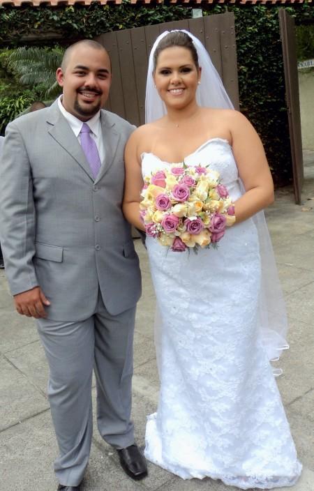 Foto dos noivos Edson Junior e Marina Pinheiro logo depois da cerimônia
