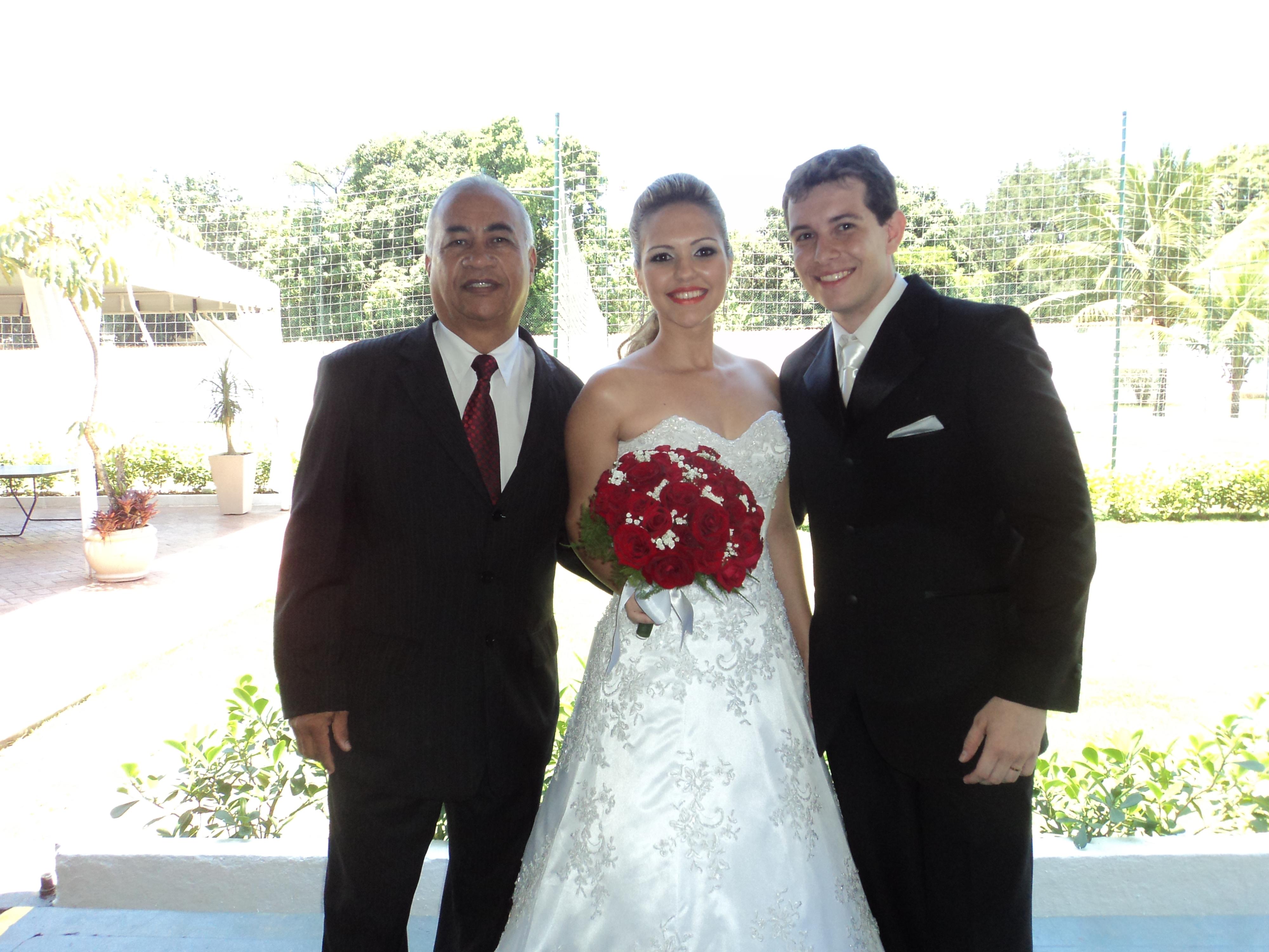 Na foto Túlio de Pinho à esquerda, com os noivos.