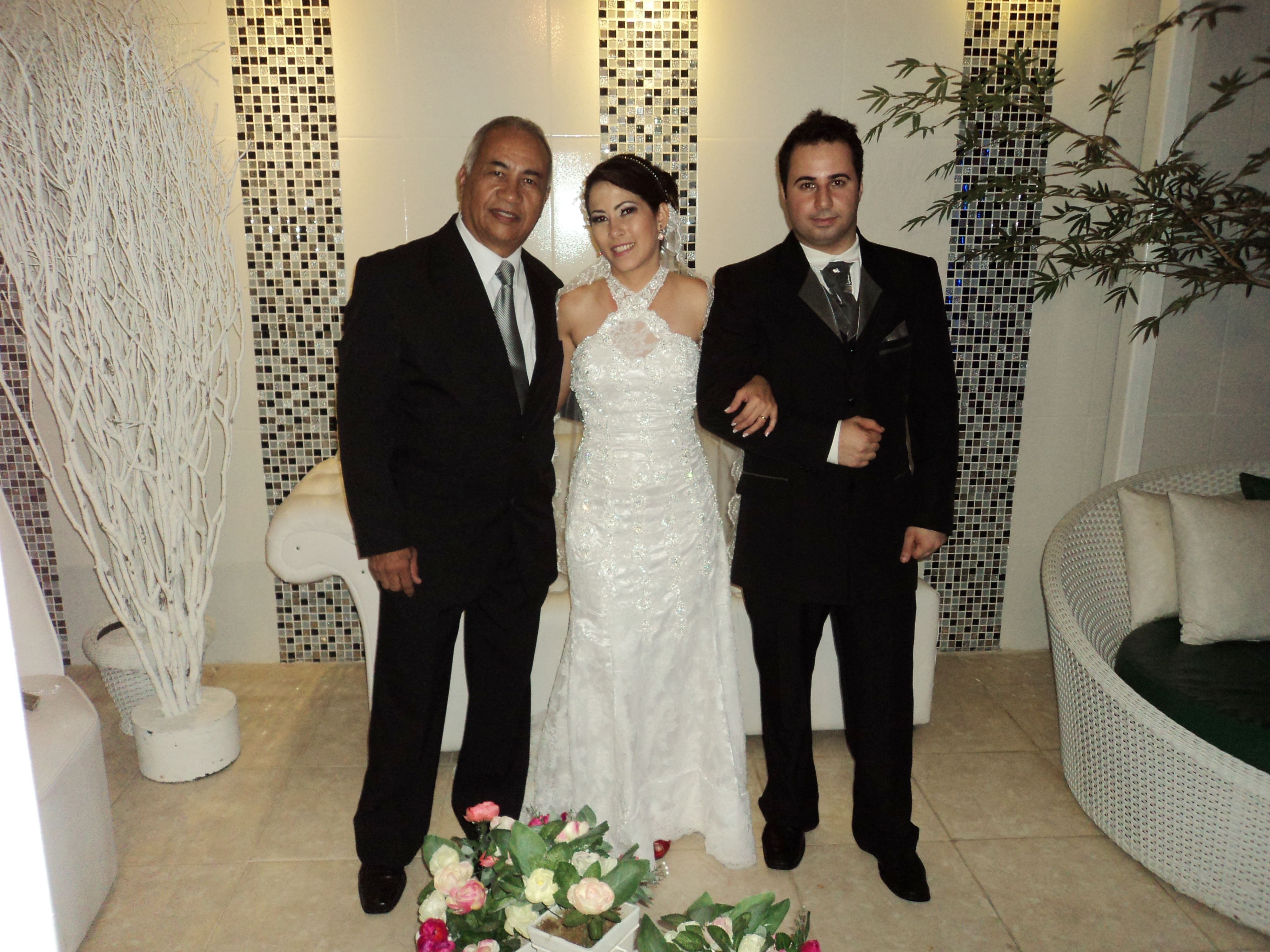 Na foto os noivos Juliana Brum e Pedro Paulo com Túlio à esquerda