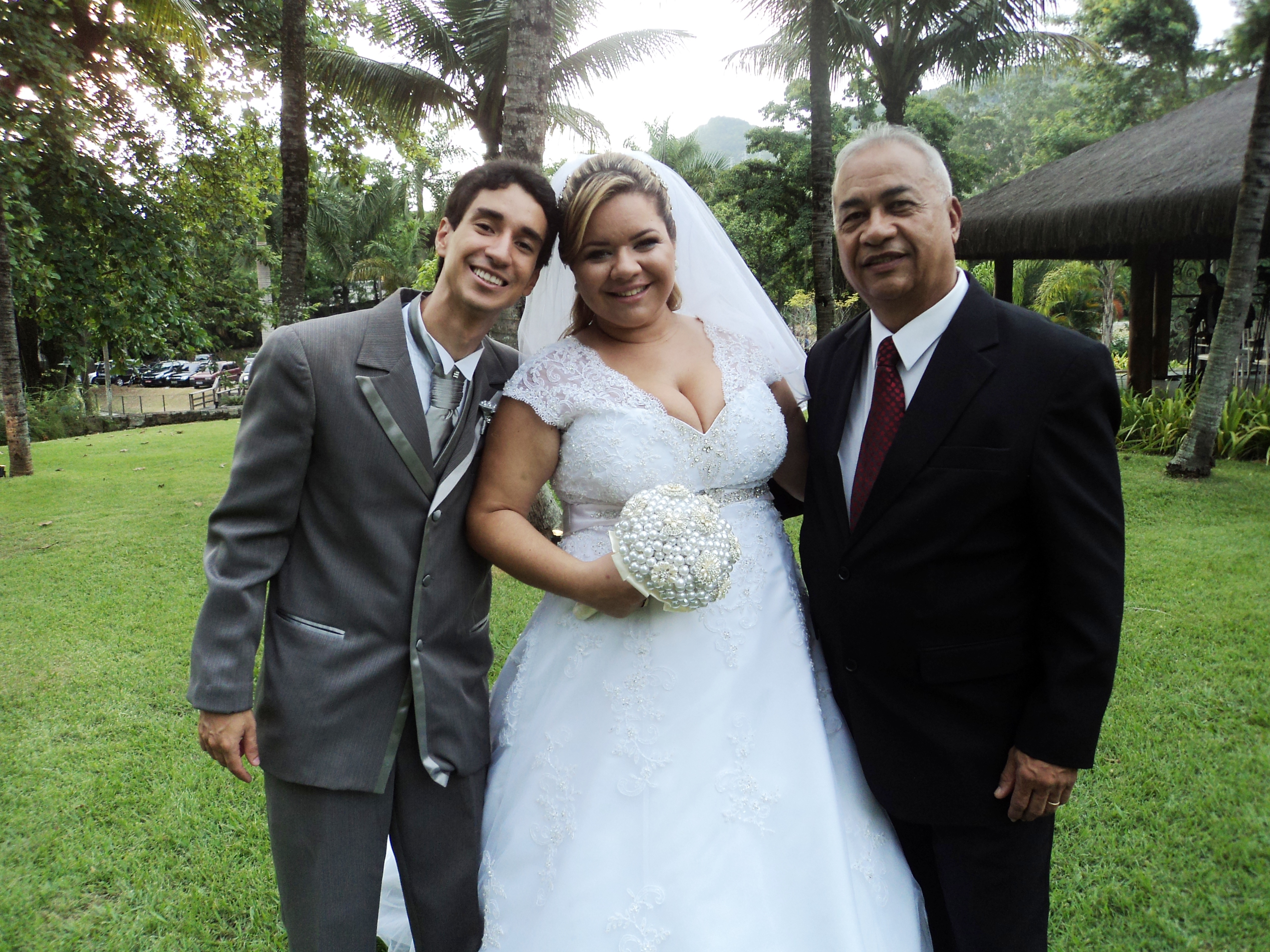 Túlio com os noivos Marcelo e Bernadete.