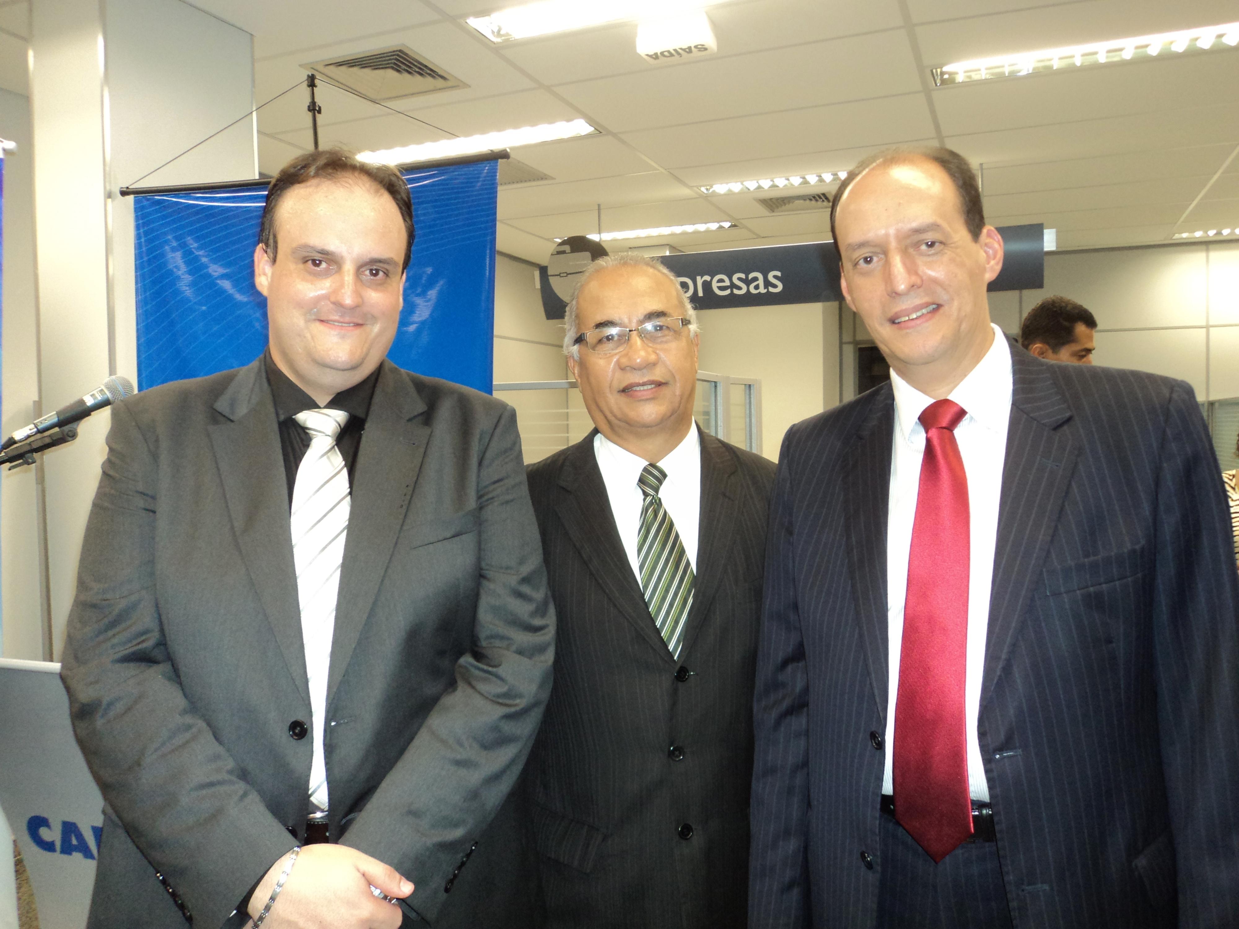 foto de tulio com o gerente Zezinho e o Superintende da Caixa Mauricio