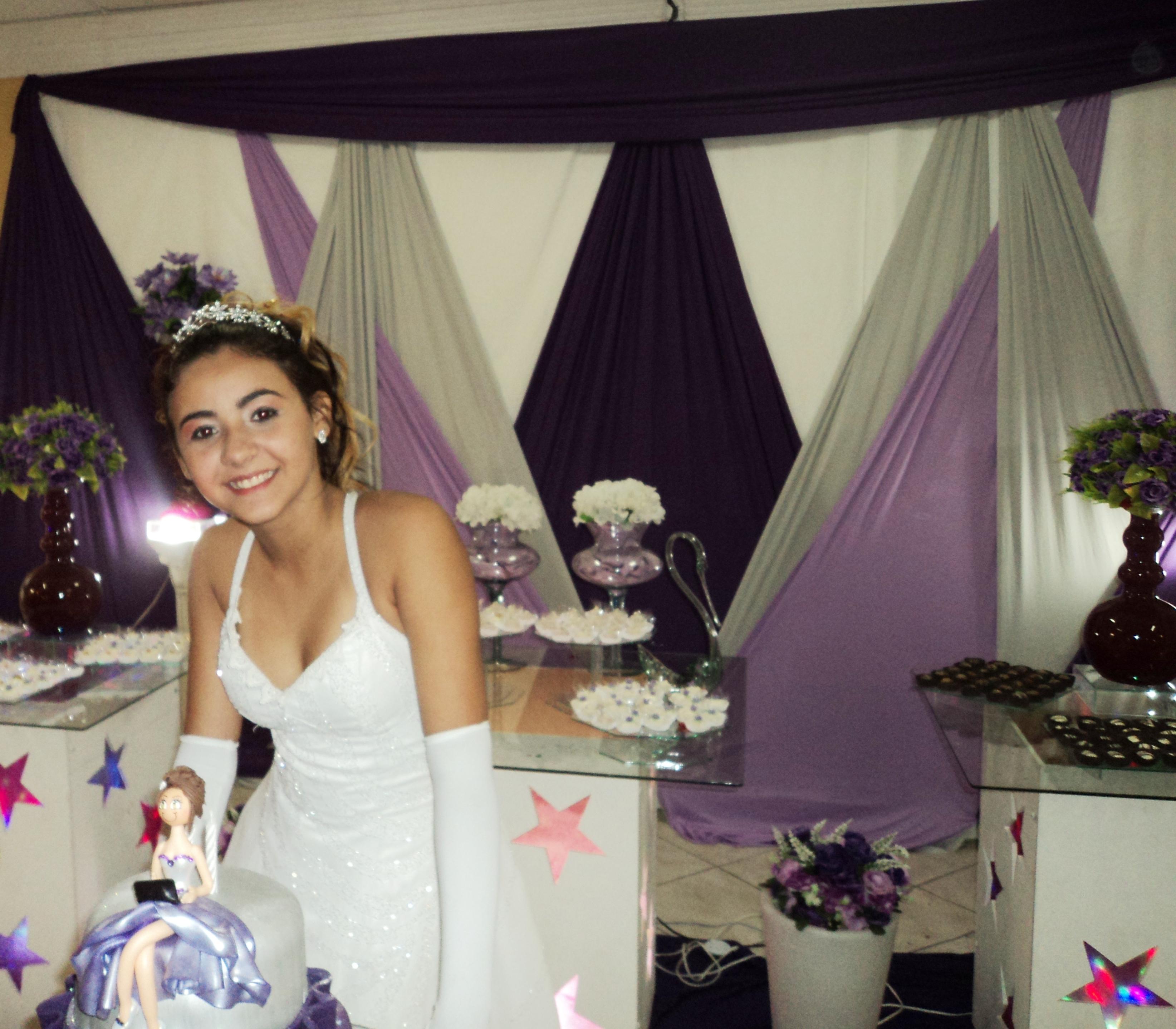Na foto a debutante Milena no momento dos parabéns para você.
