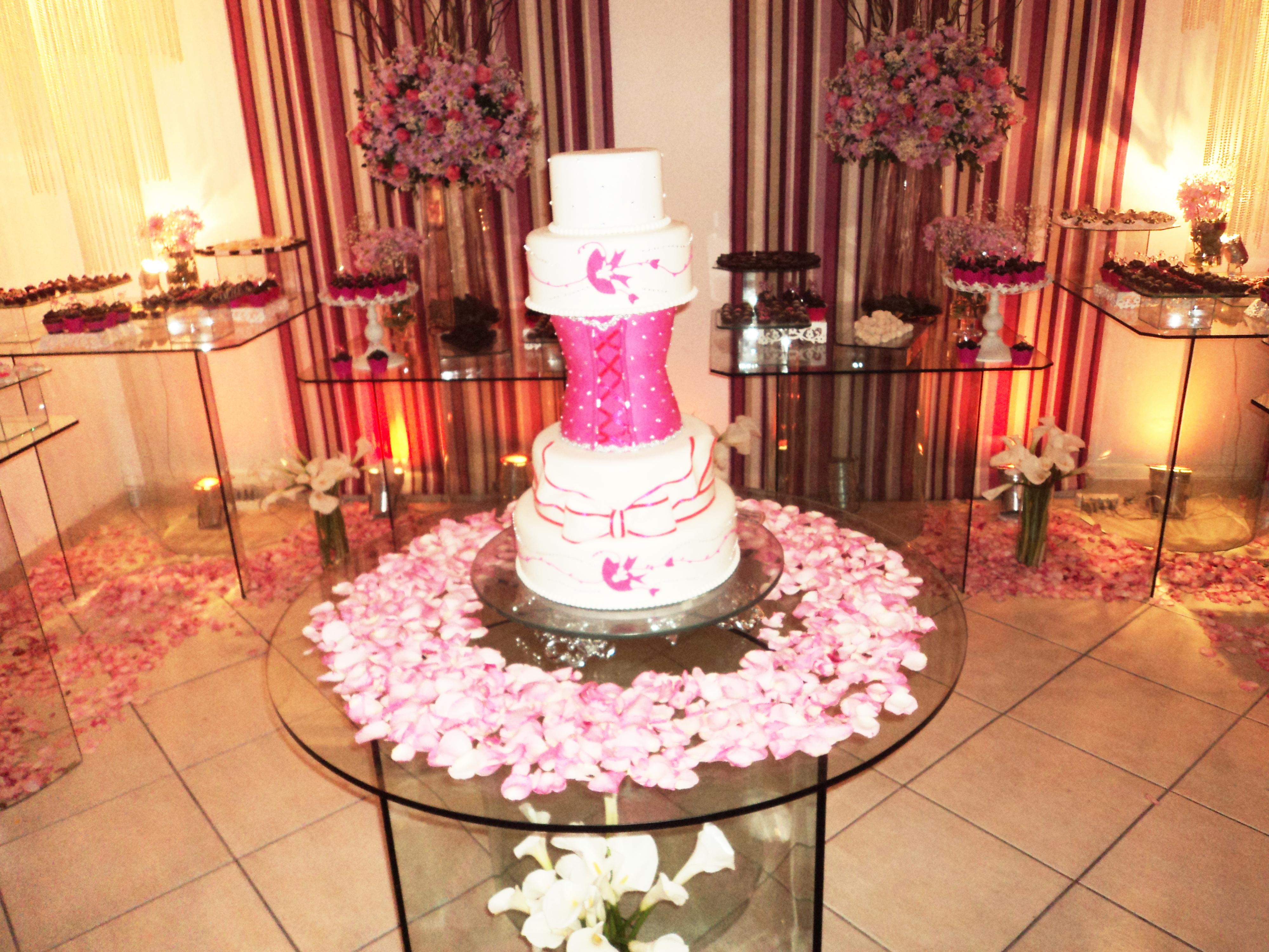 Na foto, a mesa do bolo e doces da debutante.