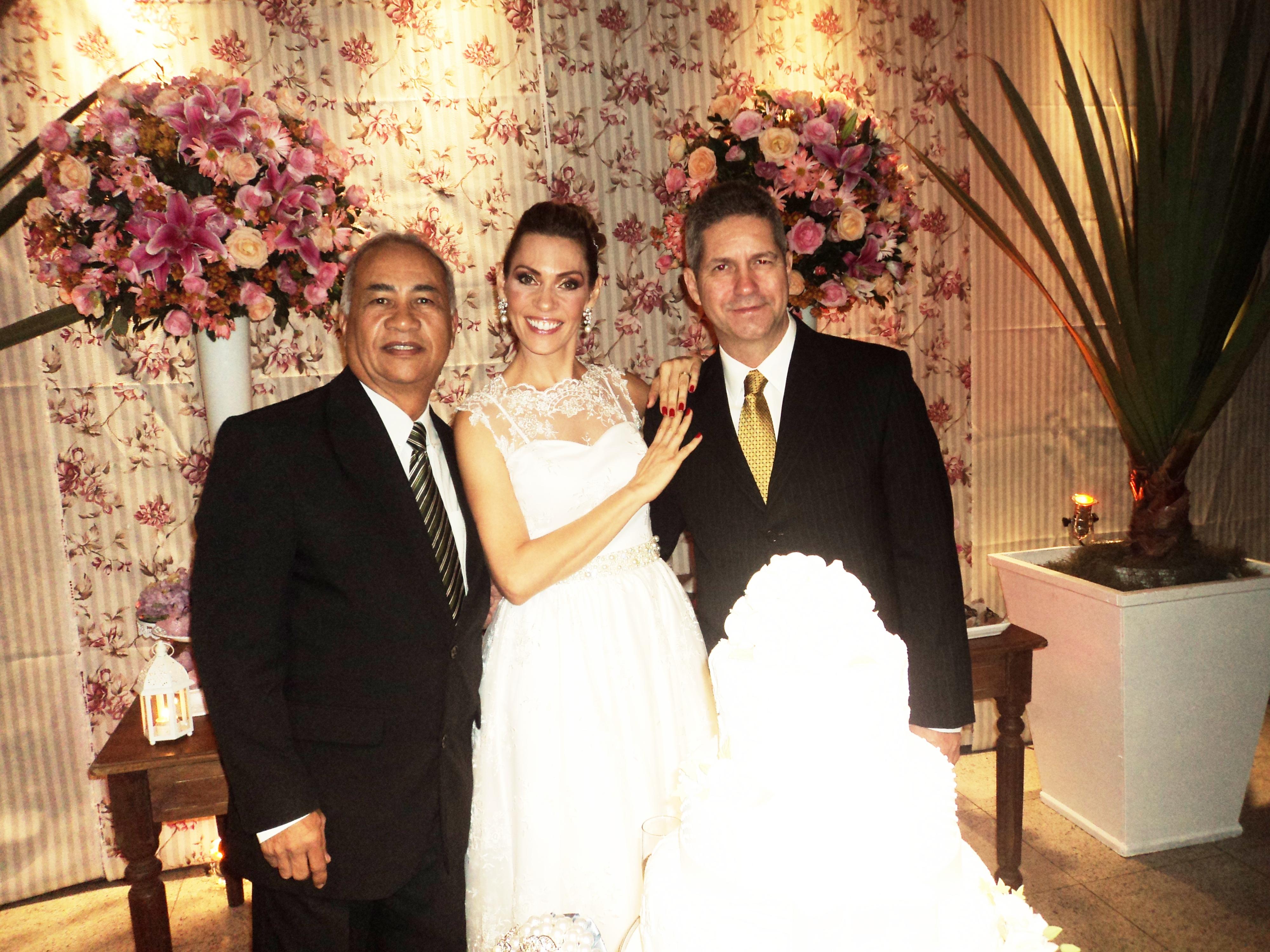 Na foto Túlio, à direita, com os noivos, logo após a cerimônia.