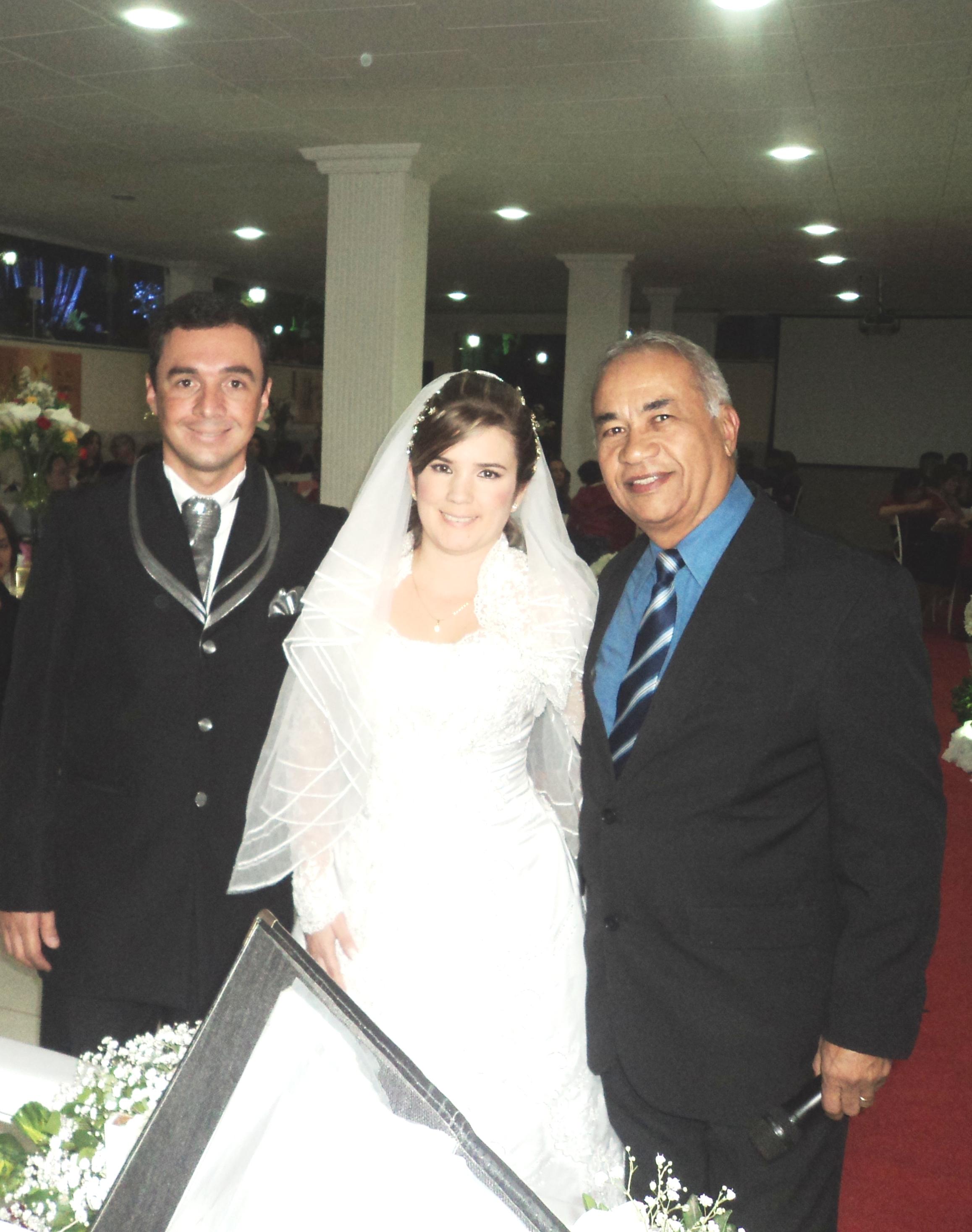 foto boa Tulio com noivos Manoel Felipe e Juliana Vieira