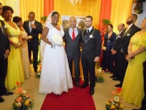 Na foto a noiva Elaine, Túlio ao centro e o noivo Atila.