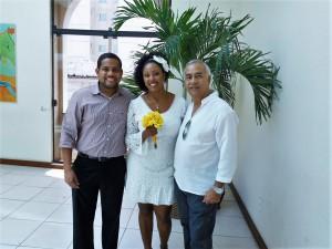 Na foto os noivos Renato e Juliane com Tulio à direita, logo após cerimônia do casamento civil.