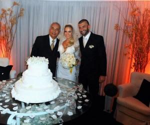 Túlio de Pinho, direita, com noivos Ana Carolina e Carlos Eduardo.
