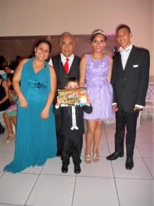 Na foto a mãe da debutante, Túlio, a Ana Luisa e seu príncipe Roger.