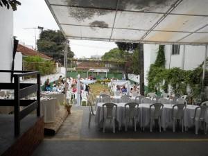 Foto do espaço de festa e cerimônia ao ar livre.