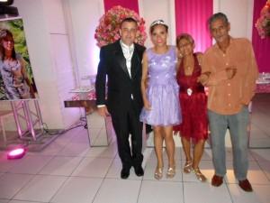 Na foto o pai da debutante Luis Claudio, Ela, sua avó Rosângela e um tio.