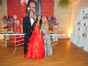 Na foto a debutante Gabrielle com seu príncipe Tiago e sua mãe Sra Tarcila.
