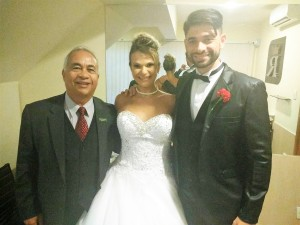Na foto Túlio de Pinho, esquerda, com os noivos Silvia e Flávio.