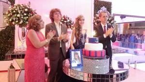 Foto de debutante com sua família, irmão e pais.