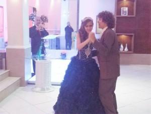 Foto do momento da valsa da debutante com seu irmão Guilherme.